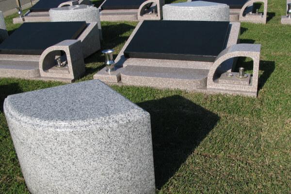 """""""ベンチ付き墓石"""
