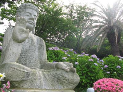安らかな観音菩薩像が墓域を見守ります。