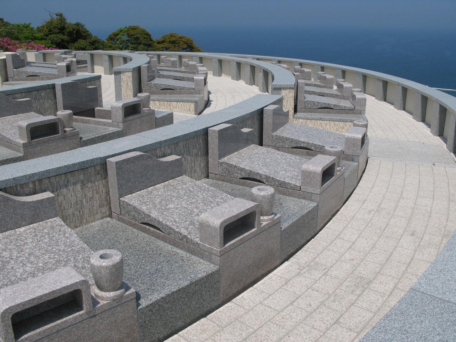 背の低い、モダンな洋風スタイルのお墓が個々のお墓。